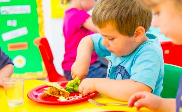 Jak jedzą dzieci w polskich żłobkach i przedszkolach – czy jest czym się martwić?